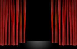 hänger upp gardiner elegant röd etappteatersammet Arkivbilder