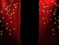 hänger upp gardiner partedtheaterred Arkivfoto