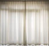 hänger upp gardiner white Fotografering för Bildbyråer