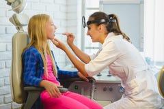 HNOdoktor oder Facharzt für Hals- und Ohrenleiden, die eine Kinderkehle überprüfen lizenzfreies stockfoto
