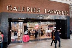 Hänrycka till den Lafayette köpcentrat, Paris Arkivbild
