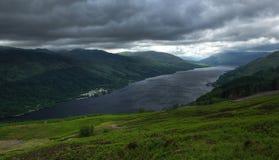Hänrycka till Skotska högländerna med fjorden tjänar 2 Royaltyfri Fotografi