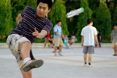 Ho Chi Minh City - 23 de mayo: Hombre no identificado del deporte que golpea el shu con el pie Fotos de archivo