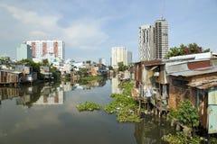 Ho Chi Minh City-Elendsviertel durch Fluss, Saigon, Vietnam Stockfoto
