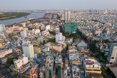 Ho Chi Minh City flyg- sikt under dagen med bostads- hou Arkivbild