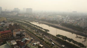 Ho Chi Minh City i morgonmisten, Saigon, Vietnam royaltyfri bild