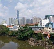 Ho Chi Minh City - pobreza e construções luxuosas imagens de stock