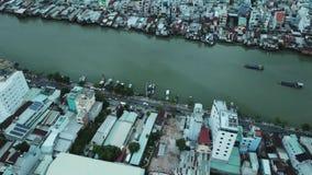 Ho Chi Minh City, Saigon, Vietnam, cantidad aérea, cantidad del abejón, arquitectura hermosa, tráfico visible y río de Saigon almacen de video