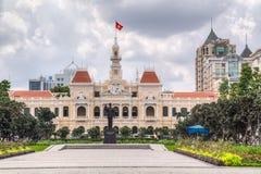 HO CHI MINH CITY, SAIGON/VIETNAM - CERCA DO AGOSTO DE 2015: Ho Chi Minh Memorial e câmara municipal, Ho Chi Minh City, Vietname fotos de stock