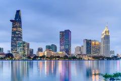 HO CHI MINH CITY SAIGON/VIETNAM - CIRCA AUGUSTI 2015: Ljus av Saigon i stadens centrum horisont reflekteras i floden fotografering för bildbyråer