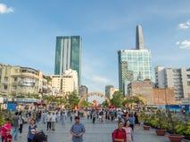 Ho Chi Minh City, Saigon, Vietnam del sur: [Cuadrado de Saigon, Nguyen Hue, parque en el centro de ciudad, visión con los rascaci Imagenes de archivo
