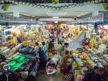 Ho Chi Minh City, Saigon, Vietnam del sur [mercado vietnamita, gente vendiendo mercancías] Imágenes de archivo libres de regalías