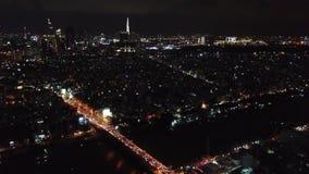 Ho Chi Minh City, Saigon, Vietnam, flyg- längd i fot räknat, surrlängd i fot räknat, härlig arkitektur och synlig trafik på natte lager videofilmer