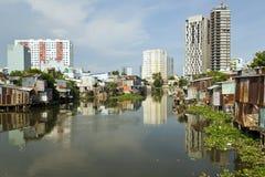 Ho Chi Minh City slumkvarter vid floden, Saigon, Vietnam Royaltyfri Fotografi