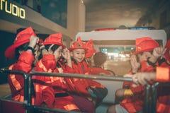 HO CHI MINH CITY, VIET NAM - 17 DE JUNHO DE 2016: Crianças que têm o divertimento imagens de stock