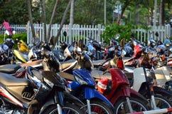 Ho Chi Minh City, Vietnam - 8 de marzo de 2015: las filas de motos parquearon fuera de un edificio público en Ho Chi Minh City Foto de archivo libre de regalías