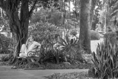 Ho Chi Minh City, Vietnam - 1 de septiembre de 2018: un hombre indefinido que se sienta en una esquina del parque que piensa en a imagenes de archivo