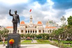 Ho Chi Minh City, Vietnam, 26,12,2017 Edificio del Ayuntamiento y monumento de Ho Chi Minh Foto de archivo libre de regalías