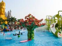 Ho Chi Minh City, Vietnam - 10 février 2011 : les gens apprécient les vacances à un sénateur de barrage d'aquapark Photos stock