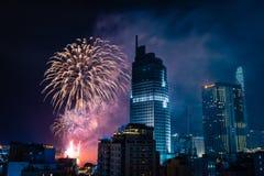 Ho Chi Minh City Vietnam, februari 4, 2019: Mån- beröm för nytt år Horisont med fyrverkerier tänder upp himmel över affärsområde arkivfoto