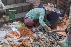 HO CHI MINH CITY VIETNAM-NOV 5TH: En kvinnagatuförsäljareassistin Royaltyfri Bild