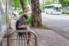 Ho Chi Minh City, Vietnam - September 1, 2018: een niet gedefiniëerde mens krijgt alles klaar alvorens op de bus te krijgen stock foto
