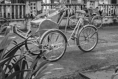 Ho Chi Minh City, Vietnam - September 1, 2018: Vietnamese cyclos en de vorm van een niet gedefiniëerde mens in de rug die een ond stock foto