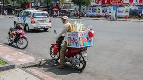 HO CHI MINH CITY, VIETNAME - 6 DE FEVEREIRO DE 2016: Vendedor de alimento da rua imagem de stock royalty free