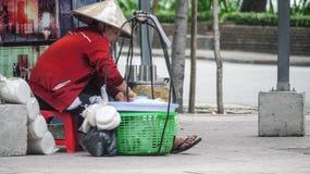 HO CHI MINH CITY, VIETNAME - 6 DE FEVEREIRO DE 2016: Vendedor de alimento da rua imagens de stock royalty free