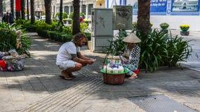 HO CHI MINH CITY, VIETNAME - 6 DE FEVEREIRO DE 2016: Vendedor de alimento da rua fotografia de stock royalty free