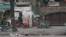 Ho Chi Minh City, Vietname - fevereiro 03, 2018: povos que comem na rua de Saigon filme