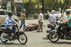 Ho Chi Minh - liv på mopeden Arkivfoton