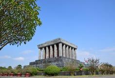 Ho Chi Minh Mausoleum à Hanoï Vietnam avec le grand arbre du côté gauche Images stock