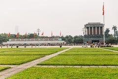 Ho Chi Minh Mausoleum avec le vert de rectangle met en place dans l'avant à Hanoï, Vietnam Images stock