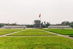 Ho Chi Minh Mausoleum avec le vert de rectangle met en place dans l'avant à Hanoï, Vietnam Image stock