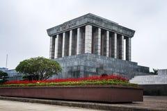Ho Chi Minh Mausoleum in centrum van de Bedelaars Dinh Square in Hanoi, Vietnam Blauwe hemel op achtergrond Ho Chi Minh Mausoleum stock fotografie