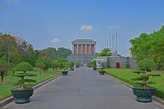 Ho Chi Minh Mausoleum i Hanoi Vietnam med soldater som marscherar på banan Royaltyfri Fotografi