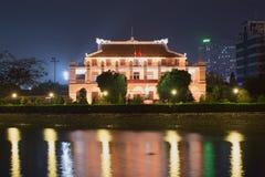 Ho Chi Minh Museum sulle banche del fiume alla notte HO CHI MINH CITY, VIETNAM Immagine Stock