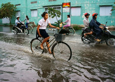 Ho Chi Minh-stad, lood getijde, overstroomd water Royalty-vrije Stock Afbeelding