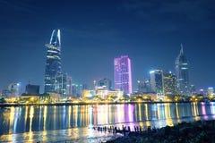 Ho Chi Minh stad på natten Vi kan se det Bitexco tornet härifrån Royaltyfri Bild