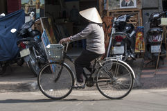 HO-CHI-MINH-STAD, 3RD Vietnam-NOV.: Een vrouwencycli onderaan een straat Stock Fotografie