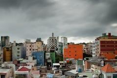 Ho-Chi-Minh-Stad (Saigon) onder monsonic wolken Stock Afbeeldingen