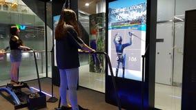 Ho Chi Minh stad, Vietnam - April 27 2019: Två flickor spelar skidar lekar med den modernaste assistive teknologin royaltyfri foto