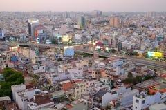 Ho Chi Minh stad, Vietnam - 13 mars 2014: Hang Xanh genomskärningsflygparad i skymning fotografering för bildbyråer