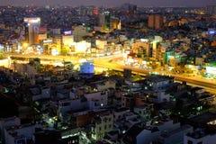Ho Chi Minh stad, Vietnam - 13 mars 2014: Hang Xanh genomskärningsflygparad i skymning arkivbild