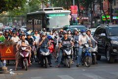 Ho Chi Minh-Stadt, Vietnam - 19. April 2015: gekrähte Szene des Stadtverkehrs in der Hauptverkehrszeit, Menge von Leuten tragen S stockfoto