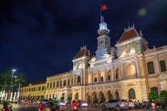 Ho Chi Minh-Stadt, Vietnam - Dezember 2018: people& x27; s-Ausschussgebäude nachts mit vietnamesischer Flagge und Verkehr stockbilder