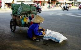 """Ho Chi Minh, Vietnam †""""18 December, 2017: de oude Vrouwenzitting op de straat met draagt heel wat afvalmaterialen Stock Foto"""