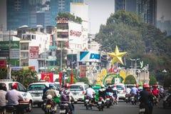 Ho Chi Minh, Vietnam - 29 de enero de 2015: Un camino congestionado con el motorista en la calle de Ho Chi Minh en Vietnam fotografía de archivo