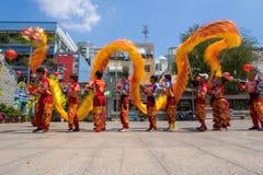 Ho Chi Minh, Vietnam - 18 de febrero de 2015: Baile del dragón para celebrar Año Nuevo lunar en la pagoda de Thien Hau Imágenes de archivo libres de regalías